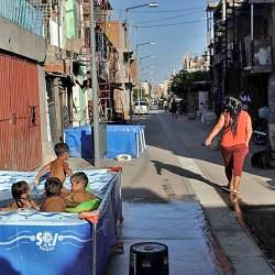 Vivir con veredas y agua corriente, la nueva realidad en parte de la Villa 31