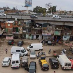 Vivir bajo la autopista Illia: sin luz ni ventilación ni deseos de mudarse