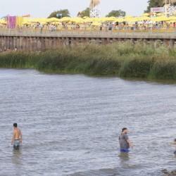 Aunque está prohibido por la contaminación del agua, todavía mucha gente se baña en el Río de la Plata