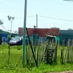 La mega toma de Los Hornos no para de crecer: vecinos denuncian una gran estructura de material